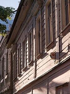 Деревянный дом, сохранившийся на Большой Семёновской улице в Москве (район Соколиная Гора, рядом с метро Семёновская — историческая Благуша). Дом выставлен на продажу, ожидает сноса. 2008 год