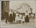 Mrs. Lewis and family photographed with the wreckage of the Zeppelin for a backg, Bestanddeelnr 158-2596.jpg