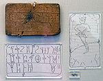 Une tablette en langue mycénienne (Linéaire B), avec figure masculine gravée au revers.