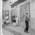 Nazareth Chique uitgedoste kinderen bij de ingang van de Synagogekerk, Bestanddeelnr 255-3264.jpg
