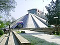 Nekdejsi hrobka Envera Hodzi ve tvaru pyramidy, dnes disk.jpg