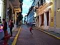 Niños jugando futbol en una calle de Panamá.jpg