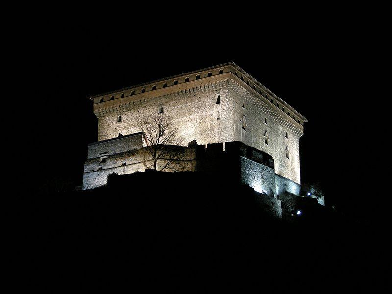 File:Notturno al castello di Verres.jpg