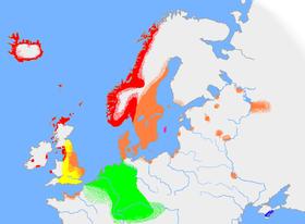Η κατά προσέγγιση διασπορά της αρχαίας σκανδιναβικής και των σχετικών γλωσσών κατά τις αρχές του 10ου αιώνα. Η κόκκινη περιοχή δείχνει τη διασπορά της δυτικής αρχαίας σκανδιναβικής διαλέκτου, ενώ η πορτοκαλί τη διασπορά της ανατολικής αρχαίας σκανδιναβικής διαλέκτου. Η ροζ νησίδα υποδεικνύει την εξάπλωση στη νήσο Γκοτλάνδη και η πράσινη περιοχή την έκταση διασποράς των άλλων Γερμανικών γλώσσών, με τις οποίες η αρχαία σκανδιναβική διατήρησε σχέσεις αμοιβαίας κατανόησης.