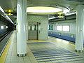 Osaka-subway-N11-Taisho-station-platform.jpg