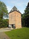 """Toren van de voormalige havezathe """"Rande"""" met hoog leien tentdak met twee windvanen"""