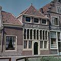 Overzicht van de voorgevel met boven de pui een fries met voorstelling in reliëf - Hoorn - 20381666 - RCE.jpg