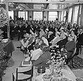 Overzicht van een zaal met zittende mensen, de mannen gescheiden van de vrouwen , Bestanddeelnr 255-8577.jpg
