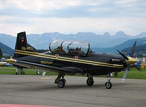 PC-9 Werksmaschine auf dem Flughafen Bern-Belp (Juni 2004)