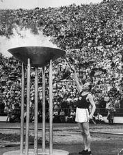 Paavo Nurmi sytyttää olympiatulen 1952