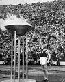 Paavo Nurmi sytyttää olympiatulen 1952.jpg