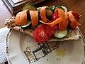 Pain complet, merguez, concombres, carottes, tomates fraîches, huile d'olive.jpg