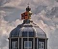 Paleis Huis ten Bosch, koepel met koninklijke standaard.jpg