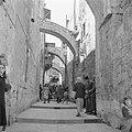 Pelgrims en toeristen op Goede Vrijdag in een straatje (Via Dolorosa) in Jeruzal, Bestanddeelnr 255-5265.jpg
