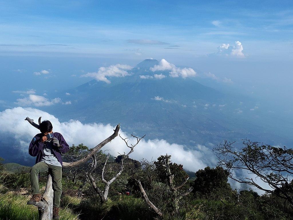 1024px Pemandangan gunung Sindoro dilihat dari gunung sumbing