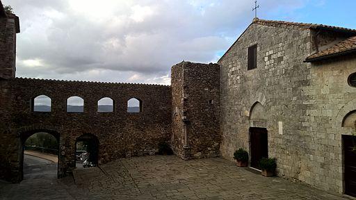 Piazza della Chiesa a Montemerano (GR)