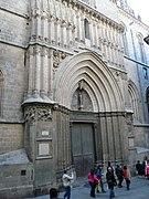 Porta de sant Iu catedral de Barcelona vista general.jpg