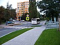 Práčská, u ulice Jiříčkové, přechod pro chodce a odjíždějící autobus.jpg