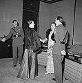Prinses Juliana, prins Bernhard en generaal Simonds begroeten een gast, Bestanddeelnr 255-8075.jpg