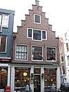 foto van Hoekhuis met trapgevel en pui met geblokte deuromlijsting