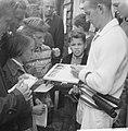 Rod Laver bestormd door tennisfans, Bestanddeelnr 914-1608.jpg