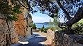 Ruelle de Miramas-le-Vieux et vue sur l'étang de Berre.jpg