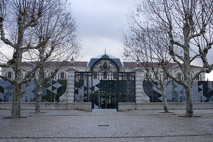 The building of the City of Design stretches before the building of the clock of The Manu spoiling the nice ordering from the esplanade, Avenue Bergson. To admire it, we have to go at the first courtyard of the old workshops.