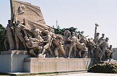 Hauts reliefs symbolisant la Longue Marche sous l'étendard de Mao Zedong devant son mausolée à Pékin, place Tian'anmen.