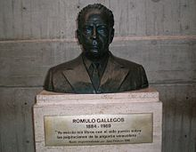 Sculpture of Rómulo Gallegos.jpg