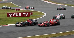Sebastien Bourdais su Toro Rosso subisce un attacco di Massa su Ferrari durante il Gran Premio del Giappone 2008.