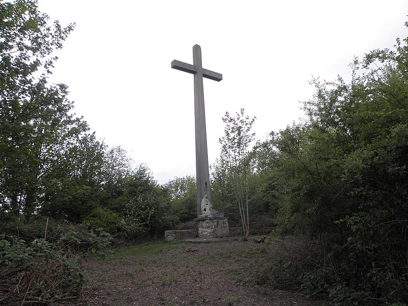 Site Nord du Rieu du Coeur , la croix sur le terril