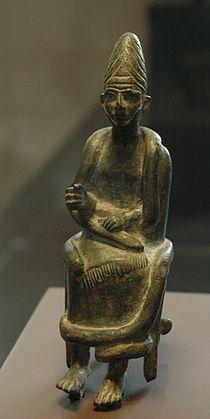 Sitting god Qatna Louvre AO3992.jpg
