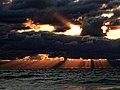 Sonnenstrahlen dringen durch schwere Wolken am Atlantik.jpg
