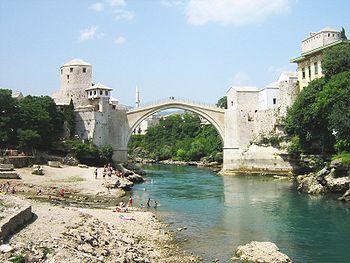 Стари мост у Мостару и ријека Неретва.
