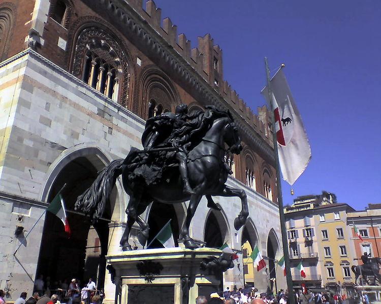 File:Statua equestre sul lato est della piazza.jpg