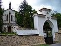Svatý Jan pod Skalou, kaple svatého Maxmiliána a brána.jpg