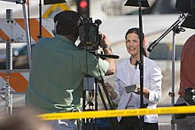 midja hög porträtt av en TV-kameraman och reporter