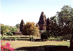 Tempelanlage-im-Park-Khajuraho.jpg