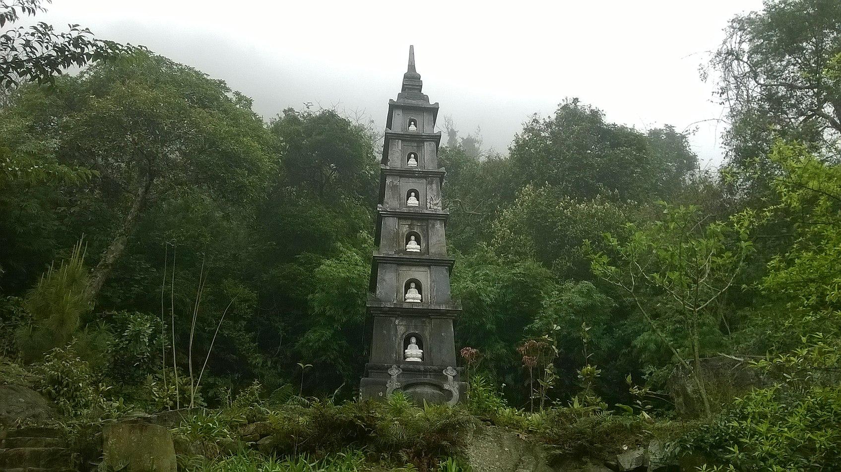 tượng tháp trên chùa Hồ Thiên