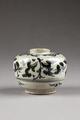 Tidig Ming (1368-1644) kruka gjord av stengodsartat porslin i Kina - Hallwylska museet - 95908.tif