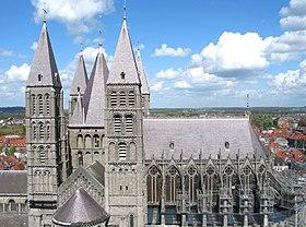 Les cinq tours romanes et le chœur gothique de la cathédrale Notre-Dame de Tournai.