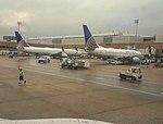Unos Boeing 737 de United Airlines en la Terminal C.jpg