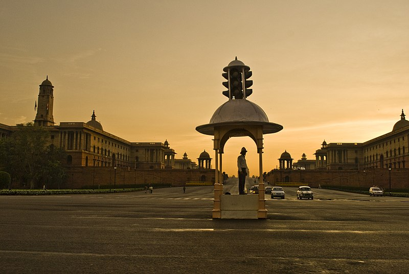 800px-Vijay_Chowk_at_Rajpath%2C_with_Secretariat_Buildings_in_the_background%2C_New_Delhi.jpg