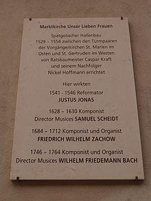 Gedenktafel für den Komponisten Friedrich Wilhelm Zachow an der Marktkirche Unser Lieben Frauen in Halle (Saale). (Quelle: Wikimedia)