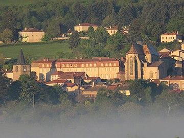 Église Saint-Martin Ambierle au levé du Soleil.jpg
