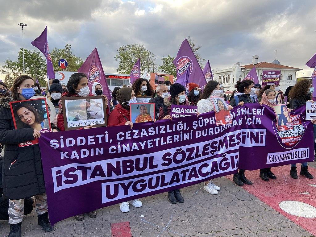 İstanbul Sözleşmesi'ni Uygulatacağız yazılı pankart