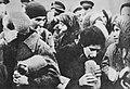 Żydzi którzy otrzymali chleb i marmoladę za dobrowolne stawienia się na Umschlagplatzu.jpg