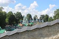 Крепостная стена с видом на ансамбль Псково-Печерского монастыря.JPG