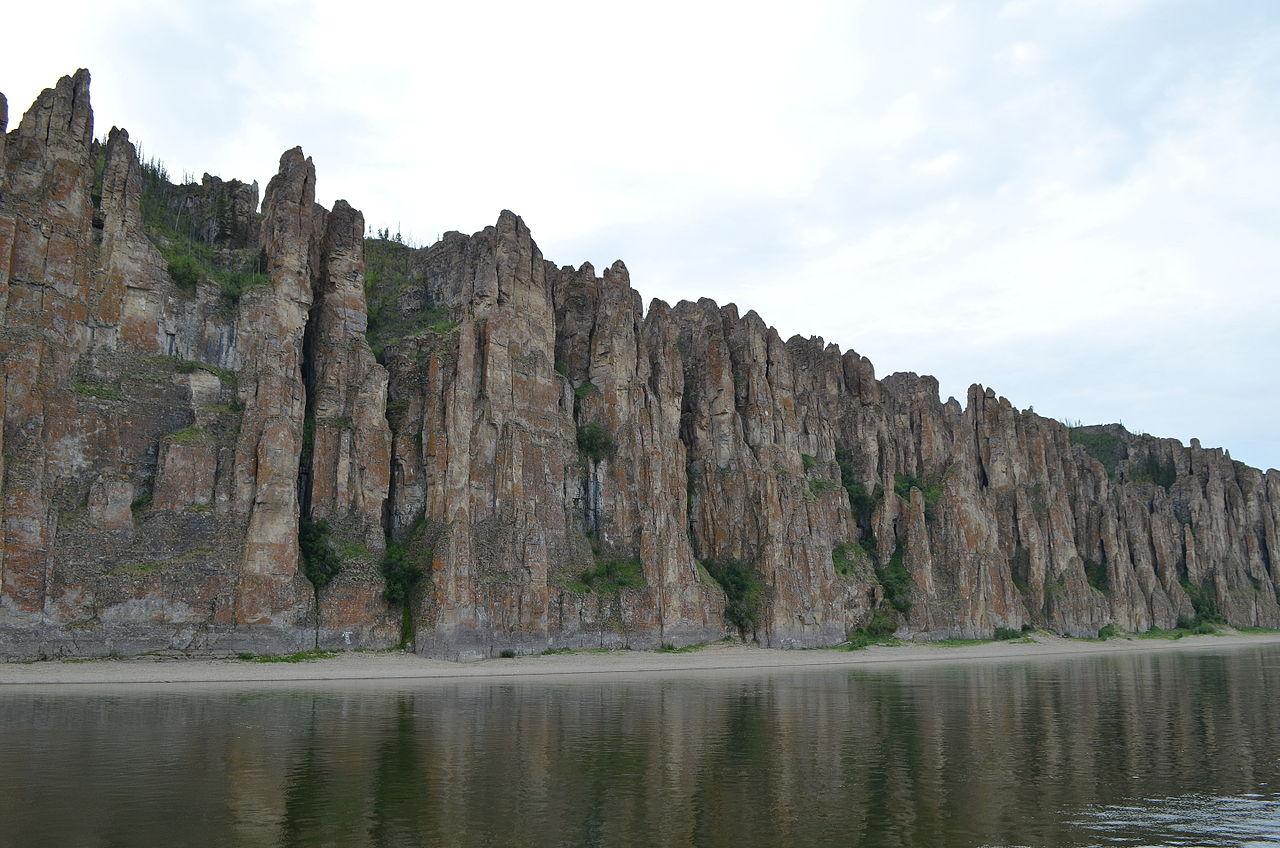 Вид на Ленские столбы с реки, 2015 год
