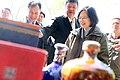 01.26 總統觀看由馬祖「八八坑道」生產的酒 (32153200410).jpg